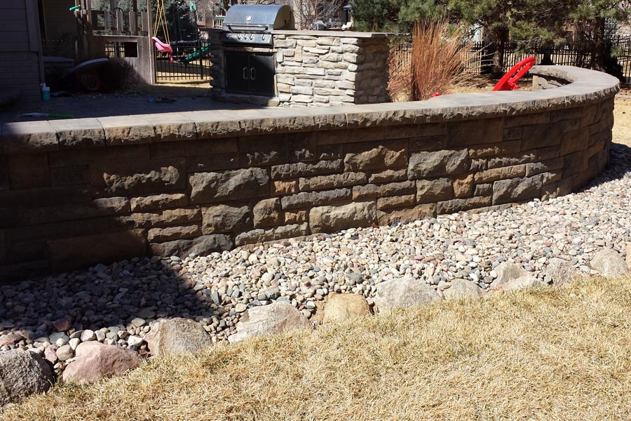 Outdoor kitchen with retaining wall